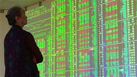 台股開高震盪收黑(2)台北股市6日開高震盪收黑,收盤跌3.24點,為10608.57點,跌幅0.03%,成交金額新台幣1587.74億元;加權指數開盤為10645.66點,盤中最高10665.72點,最低10523.58點。中央社記者董俊志攝 107年7月6日