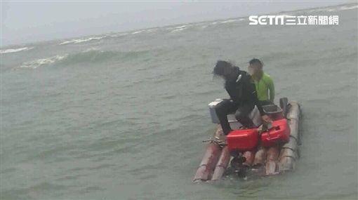 壹週刊2釣客搭膠筏出海翻船受困 海巡即刻救援翻攝畫面