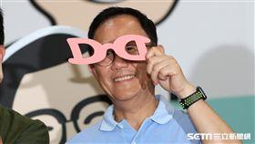 我是叮叮 丁守中發布主視覺設計(2)國民黨提名台北市長參選人丁守中推出臉書粉絲專頁「我是叮叮丁守中  聽聽台北」,23日並發表首波競選主視覺設計,丁守中在會中手拿Logo造型紙眼鏡留影。中央社記者張皓安攝 107年7月23日