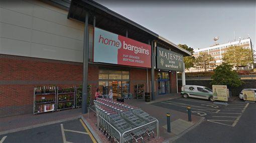 英國一名3歲男童在「Home Bargins」大賣場遭4名陌生男潑酸攻擊(圖/翻攝自推特)
