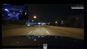 美國密蘇里州一名32歲Uber司機加爾加克(Jason Gargac),他在車上偷偷架了攝影機,一邊開車一邊開錄影,並將影片傳至直播平台。上車的乘客完全不知情,直接在車上大講老闆壞話,甚至還有乘客在車內親熱。不少網友看到後,紛紛痛批司機不尊重隱私。據了解,該名司機已經被解雇。(圖/翻攝自YouTube《The St. Louis Post-Dispatch》)