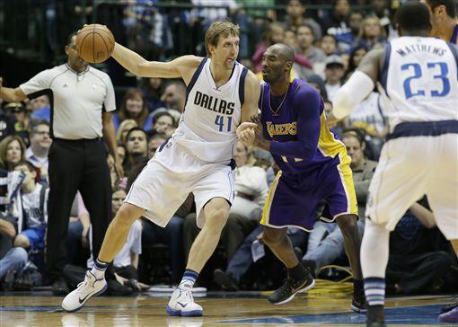 ▲Dirk Nowitzki(左)與Kobe Bryant交手已成回憶。(資料照/美聯社/達志影像)