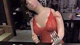 恥度破表!他帶「這款女友」上餐廳 網笑:小心你的叉子 圖/翻攝自爆廢公社