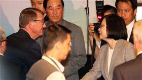 蔡總統與美前國防部長卡特握手致意總統蔡英文(前右)24日在台北出席「凱達格蘭論壇:2018亞太安全對話」開幕式,與美國前國防部長卡特(Ashton Carter)(左)握手致意。中央社記者張皓安攝 107年7月24日