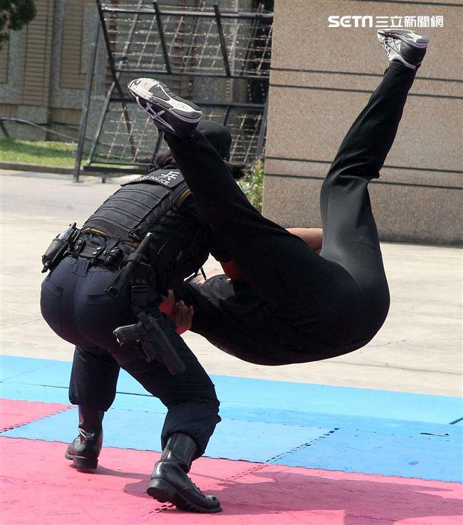 憲兵實施反制應變及限制空間戰鬥操演,「鎖喉反制」、 「纏手推掌」、 「擋劈掃腳」、 「槍檔轉刺」、 「棍打扣摔」等5項格鬥術式,並模擬執勤突發事件實施狀況操演。(記者邱榮吉/攝影)