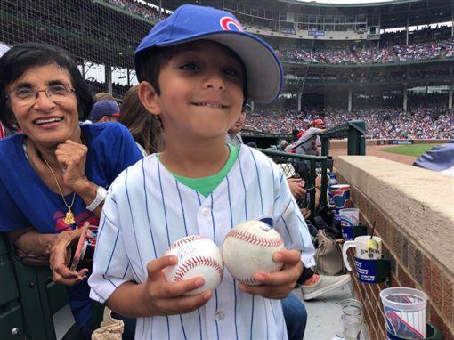 真相曝光!搶小孩界外球男子其實超暖MLB,界外球,芝加哥小熊,斷章取義,真相,球迷,簽名球芝加哥小熊推特