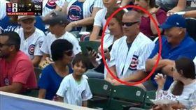 真相曝光!搶小孩界外球男子其實超暖  MLB,界外球,芝加哥小熊,斷章取義,真相,球迷,簽名球 推特Cut4