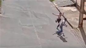 ▲布拉賈打跑搶匪(圖/翻攝自Youtube)