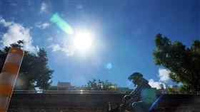 把握好天氣 安比颱風環流21日帶雨來中央氣象局表示,20日各地天氣大致晴朗穩定,提醒民眾注意防曬、多補充水份。今年第10號颱風「安比」外圍環流將在21日影響台灣天氣,北部和東半部將有短暫陣雨。中央社記者孫仲達攝 107年7月20日