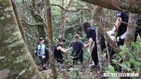八仙塵爆傷友們需靠繩索及團隊協助才能前進。(圖/馬偕醫院提供)