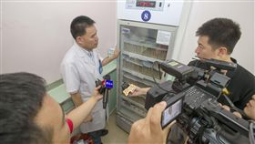 又傳疫苗造假  中國人民怒了中國大陸疫苗造假頻傳,最新爆發的狂犬病疫苗事件點燃人民怒火。圖為山西省疾病預防控制中心疫苗門診副主任賈春堂(右2)向媒體展示已經封存的長春長生狂犬病疫苗。(中新社提供)中央社 107年7月23日