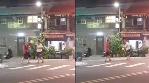 台北市萬華區寶興街爆發街頭鬥毆事件,兩人分持安全帽及雙刀,打半天卻毫髮無傷(翻攝《爆廢公社》)