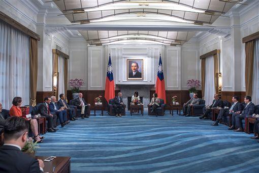 蔡英文總統25日接見來台參與「凱達格蘭論壇:2018亞太安全對話」的外國學者。(圖/總統府提供)