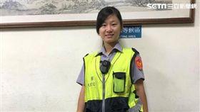 台北市文山二分局女警陳于真,追逐上百公尺後逮獲周姓男子,並在他身上搜出海洛因針筒(翻攝畫面)