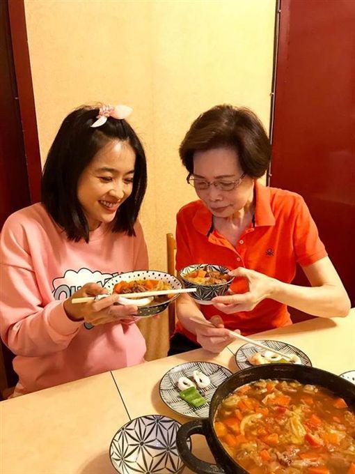小嫻和何媽媽(翻攝自臉書)