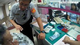 陳婦前往台灣銀行新竹分行,欲匯款給自稱香港富商凱文哥,遭遇警方及行員聯手苦勸2小時,這才發現自己遇上愛情詐騙(翻攝畫面)