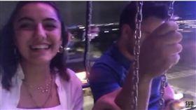 土耳其一名女子在美國玩飛天鞦韆,手上的iPhone 7從137公尺高的高空墜下後幾乎完好無缺,蘋果(圖/翻攝自Attractions Magazine YouTube)