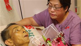花蓮癌末男病房內完婚 10小時後辭世(2)花蓮一名50歲、罹患癌症末期的翁姓男子(左)住在醫院安寧病房,24日與相戀7年女友(右)在眾人見證下完婚;10個小時後,翁男安詳離世。(門諾醫院提供)中央社記者李先鳳傳真 107年7月25日