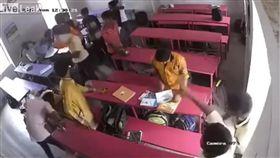 印度一名男學生在爭執中遭同學摔死(圖/翻攝自YouTube)