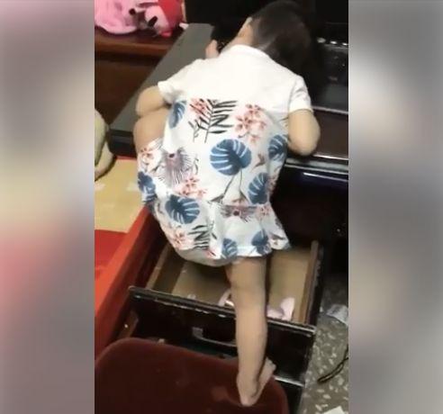 睡覺,小孩,聞腳,爆廢公社 圖/翻攝自臉書爆廢公社