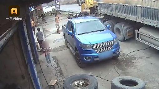 女為輪胎充氣遇爆炸 6歲兒哭喊媽媽/梨視頻