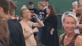 男女在音樂祭台下親熱。(圖/翻攝自太陽報)