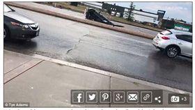 驚悚瞬間!車開到一半竟遇「馬路吃車」 嚇壞在場所有人(圖/翻攝自Daily Mail http://www.dailymail.co.uk/news/article-5990987/Shocking-moment-sinkhole-swallows-car-flooded-Colorado-road.html)