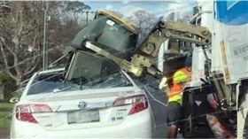 車主的心都碎了!計程車停路邊 慘遭垃圾車「卸貨」 圖/翻攝自臉書
