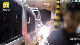 醉男酒駕被抓 豬隊友妻神回:這不算因為他沒駕照(圖/翻攝自梨視頻)