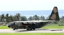 空軍C-130H運輸機實施「高進場突擊落地」60度小轉彎秀性能,和三型主力戰機尬技術驚艷全場。(記者邱榮吉/台東拍攝)