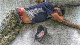 躺著也能賺!午覺睡醒…帽內多百元 工人傻眼:我不是乞丐 圖/翻攝自爆廢公社