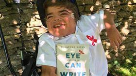 英國腦癱男童,利用眼睛寫了一本書。(圖/翻攝自CNN)