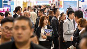 陸大學畢業起薪逾2萬中國今年有逾800萬大專院校畢業生,創歷史新高。統計指出,大學畢業生起薪人民幣4500元(新台幣約2萬961元);儘管各地祭出人才戶口政策吸引新鮮人,卻不敵愛的力量。圖為在中國舉辦的一場招聘會。(中新社提供)中央社記者陳家倫上海傳真 107年7月4日
