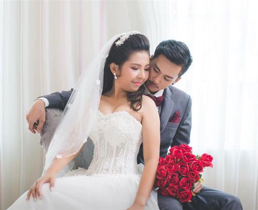 婚禮當天新郎落跑 棄抖奶新娘與巨乳小三私奔(圖/Manow Jutathip Nimnual臉書)