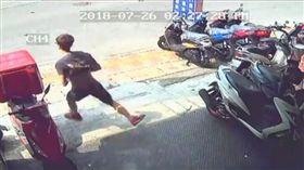 正義哥看到車主撞人肇逃,立即騎車追人。(圖/翻攝陳姓網友臉書)