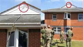 軍人們想盡辦法要弄掉黏在牆上的假陽具。(圖/翻攝推特)