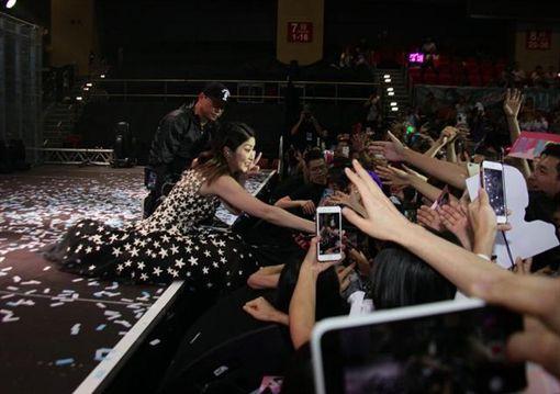 陳慧琳演唱會跌倒疑似走光/翻攝自、微博
