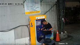 他繳完停車費忘票扣…賓士男拾獲持「未付款」調包省1百元 圖翻攝自爆料公社