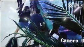 商場水族館看鯊魚遭突襲 6歲女童右手多處骨折 圖/翻攝自微博