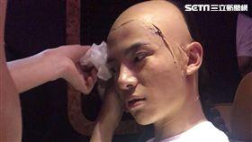 吳俊余帶著密不透風的頭套在橫店拍戲吃盡苦頭。(圖/經紀人提供)