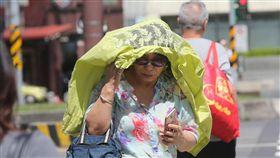 颱風影響 晴朗炎熱(2)強烈颱風瑪莉亞朝台灣來,中央氣象局預報,9日受颱風外圍沉降作用影響,大部分地區晴朗炎熱,西半部高溫約攝氏35、36度,東半部約33、34度。中央社記者鄭傑文攝 107年7月9日