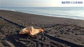宜蘭壯圍海灘見男屍 約60歲!身體浮腫已死亡多時,圖/翻攝畫面,圖/翻攝畫面