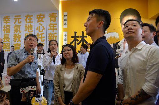 柯文哲出席時力議員參選人競總開幕(1)台北市長柯文哲(左)28日出席時代力量提名台北市議員參選人的競選總部開幕茶會,與年輕選將分享拚選戰的經驗與心得。前右為時力立委林昶佐。中央社記者孫仲達攝 107年7月28日