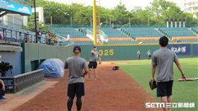 ▲中信兄弟總教練Cory Snyder(史耐德)傳接球。(圖/記者蕭保祥攝)