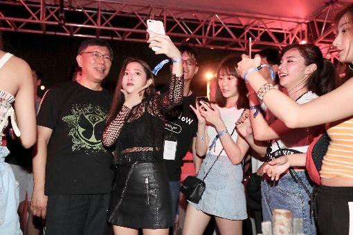 現身電音派對 柯文哲受熱烈歡迎(1)台北市長柯文哲(前左)28日晚間在台北大佳河濱公園出席電音界盛事UNITE With Tomorrowland,相當受到年輕族群歡迎,許多年輕人爭相與他合影。中央社記者吳翊寧攝 107年7月28日