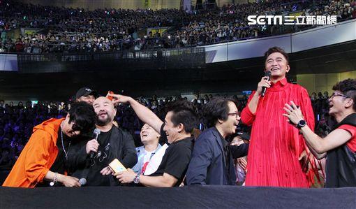 吳宗憲台北小巨蛋演唱會,所有綜藝咖大合唱「有夢你會紅」。(記者邱榮吉/攝影)