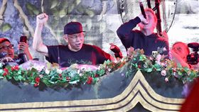 柯文哲輕裝現身電音祭典 盡情搖擺台北市長柯文哲(左2)28日晚間一身輕裝搭配棒球帽,現身台北大佳河濱公園參與大型電音祭典UNITE With Tomorrowland,在舞台上與DJ隨著動感音樂搖擺。中央社記者吳翊寧攝 107年7月28日