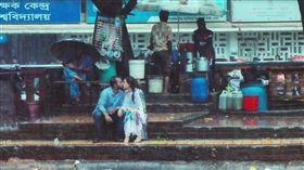 孟加拉攝影記者阿梅德(Jibon Ahmed)分享一張情侶雨中接吻照遭同事毆打還被辭職(圖/翻攝Jibon Ahmed臉書)