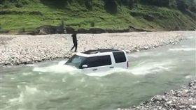 省90元到河邊洗車 450萬越野車泡水GG了(圖/翻攝《澎湃新聞》)