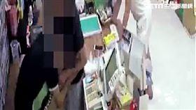 王、詹2人進入超商買酒續攤,卻與店員發生口角,還衝進櫃台痛毆對方,警方訊後將2人依傷害罪送辦(翻攝畫面)